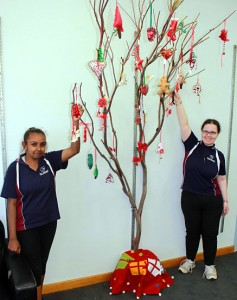 xmas tree with students 2